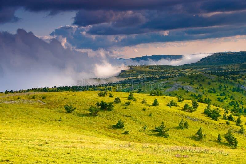 Взгляд гор лета в солнечной погоде стоковое изображение rf