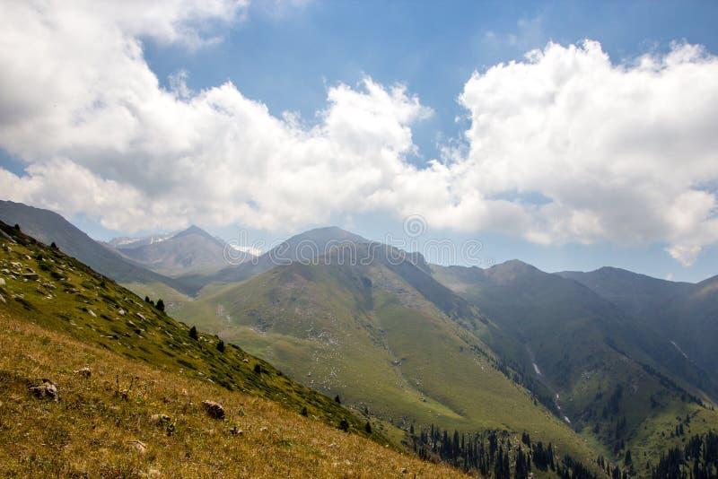 Взгляд гор летом, Алма-Ата, Казахстан Взгляд от горного пика Kumbel стоковые изображения