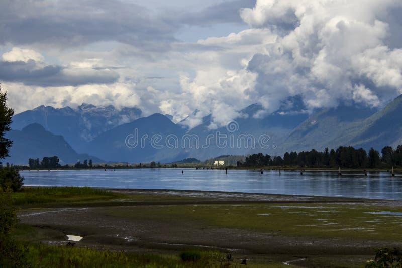 Взгляд гор с другой стороны реки стоковое изображение