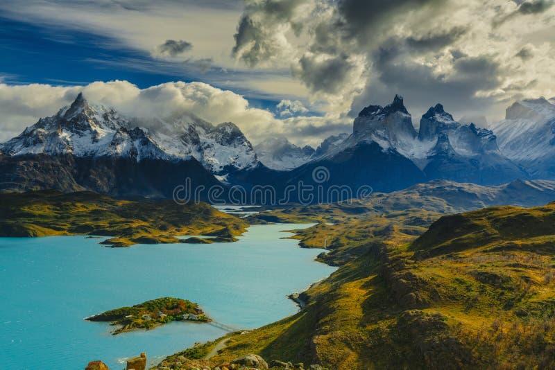 Взгляд гор Torres в национальном парке Torres del Peine во время восхода солнца Осень в Патагонии, чилийской стороне стоковая фотография
