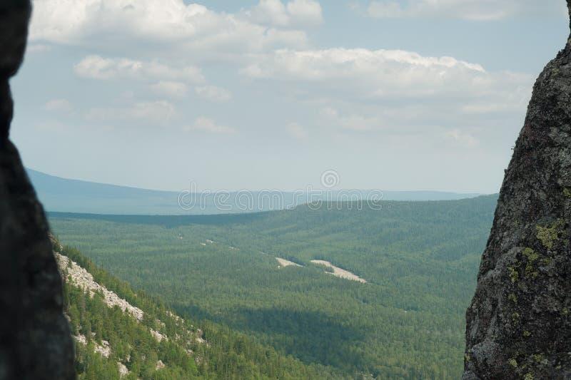 Взгляд гор Ural через crevice стоковое изображение