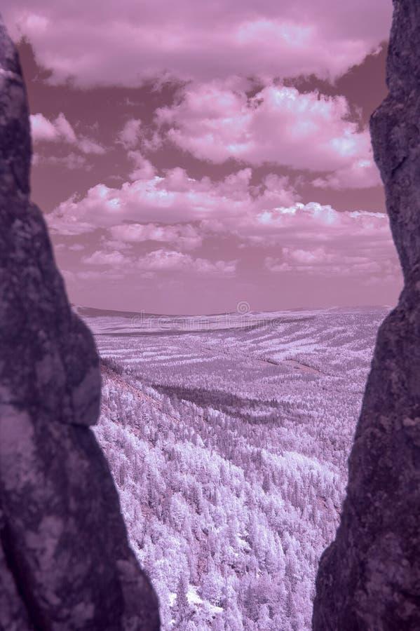 Взгляд гор Ural через crevice Фото инфракрасн стоковые изображения