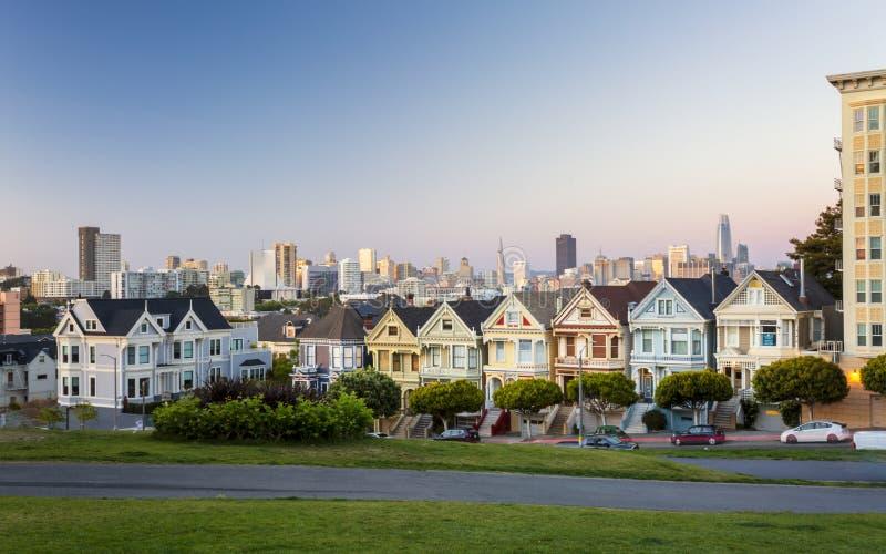 Взгляд дам на сумраке, викторианских деревянных домов Painted, квадрата Alamo, Сан-Франциско стоковые изображения