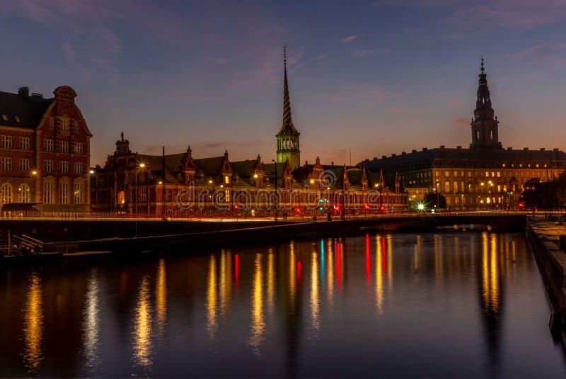 Взгляд датчана Borsen для помещения биржи в Copenhangen вечером отражая в водяном канале - 1 стоковое фото