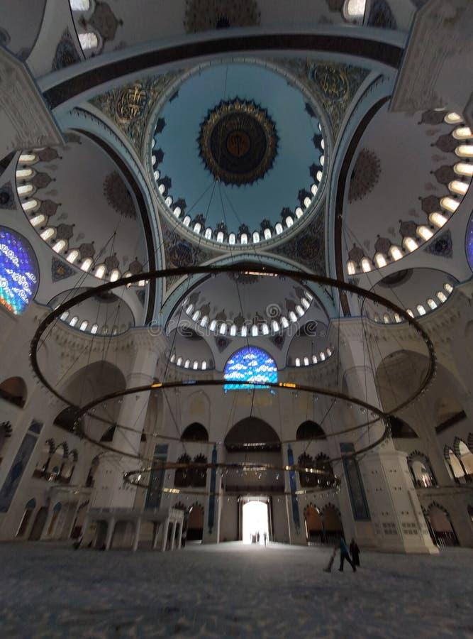 Взгляд двора МЕЧЕТИ 4-ое августа 19 CAMLICA в Стамбуле, Турции Мечеть Camlica мечеть Турции самая большая стоковое изображение