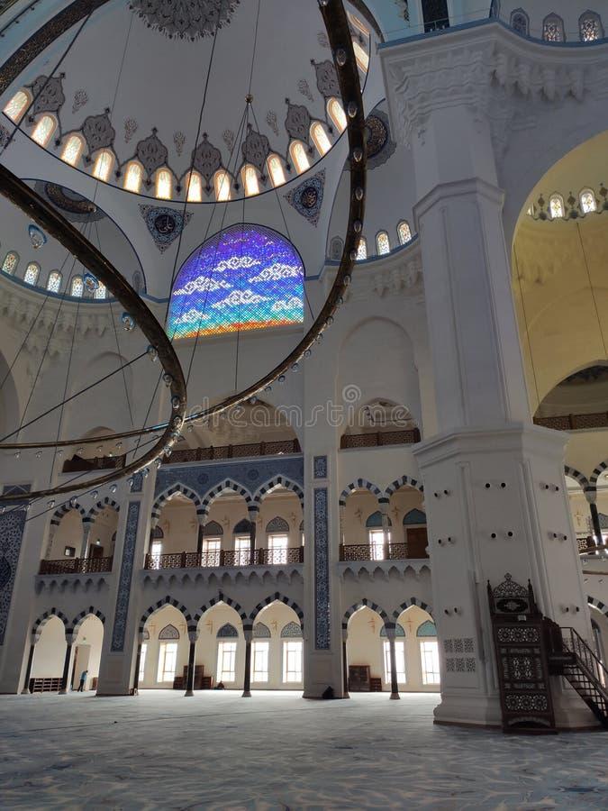 Взгляд двора МЕЧЕТИ 4-ое августа 19 CAMLICA в Стамбуле, Турции Мечеть Camlica мечеть Турции самая большая стоковые изображения