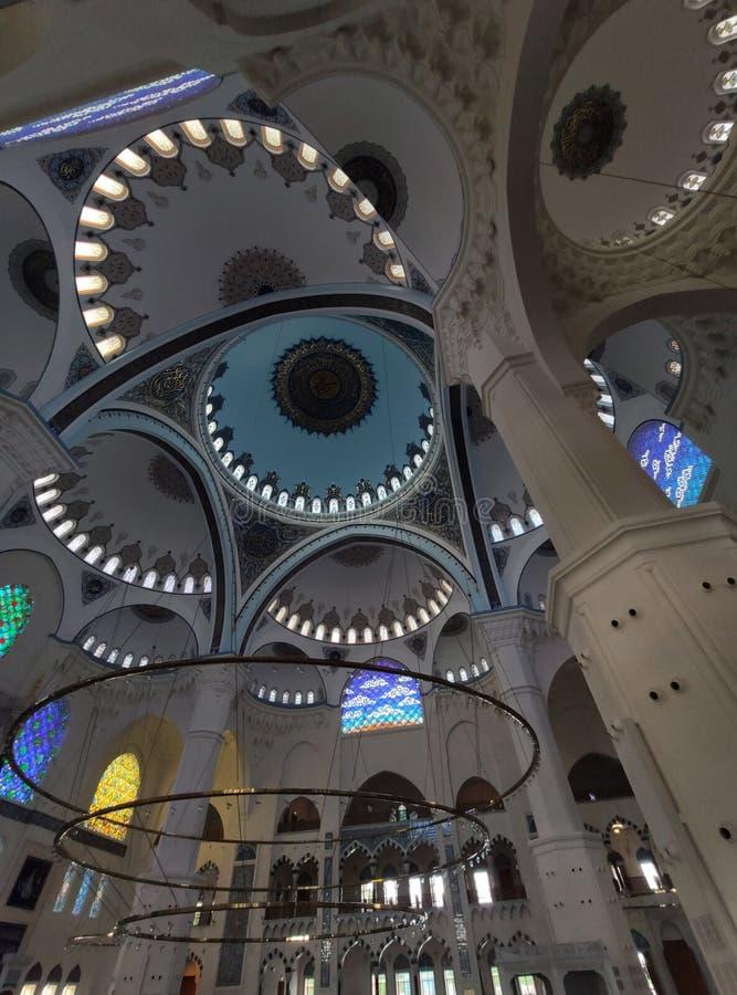 Взгляд двора МЕЧЕТИ 4-ое августа 19 CAMLICA в Стамбуле, Турции Мечеть Camlica мечеть Турции самая большая стоковое фото