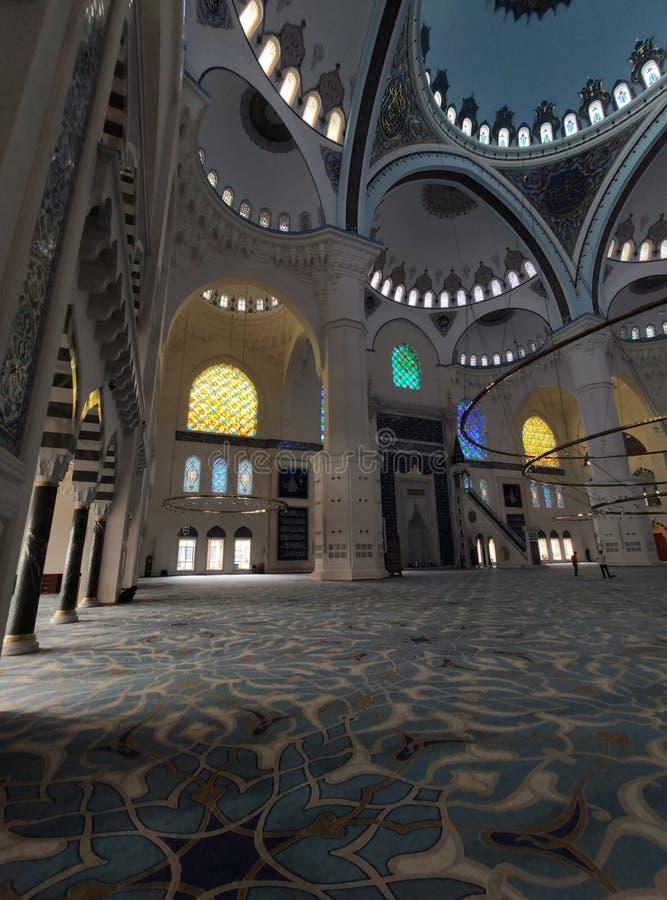Взгляд двора МЕЧЕТИ 4-ое августа 19 CAMLICA в Стамбуле, Турции Мечеть Camlica мечеть Турции самая большая стоковое фото rf