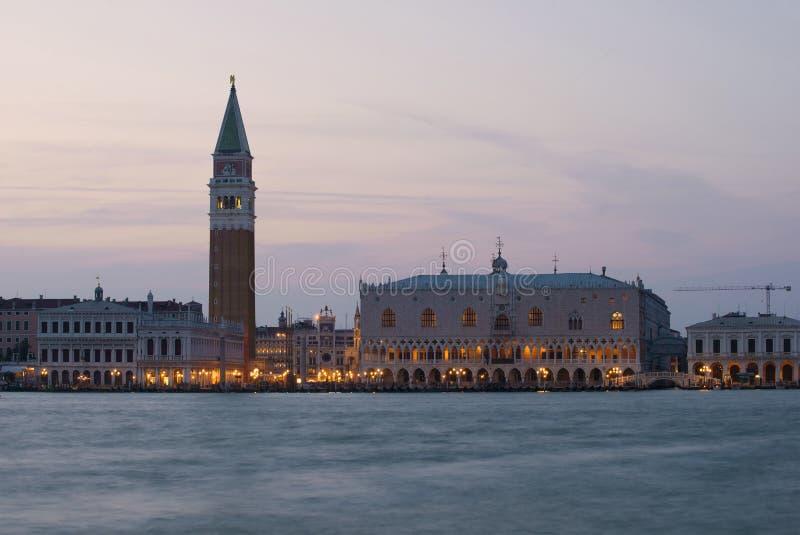 Взгляд дворца дожа и колокольни собора St Mark в вечере Италия venice стоковое фото rf