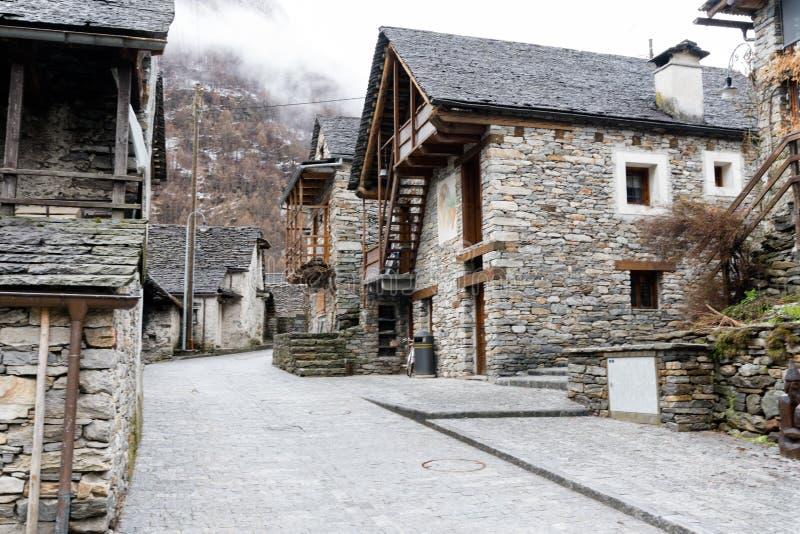 Взгляд деревенского традиционного городка горы в Альпах южной Швейцарии стоковые фотографии rf