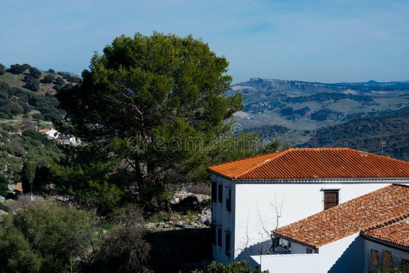 Взгляд деревни Grazalema белых и природного парка Сьерры de Grazalema стоковая фотография rf