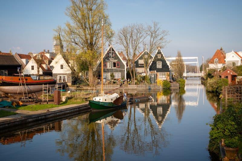 Взгляд деревянных домов, верфи и шлюпок вдоль канала в историческом го стоковое изображение