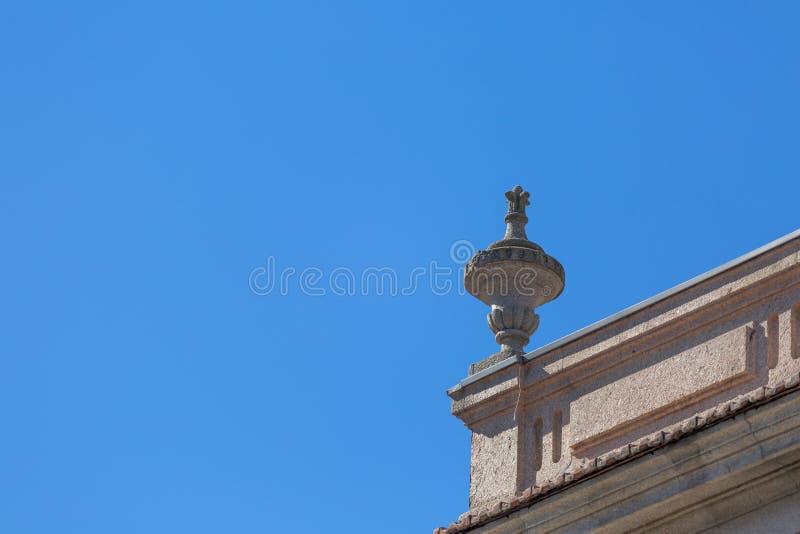 Взгляд детали башенкы в традиционном португальском городском здании стоковое фото rf