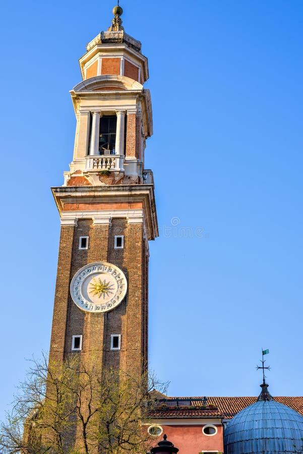 Взгляд дневного света к местной колокольне колокольни с часами стоковая фотография