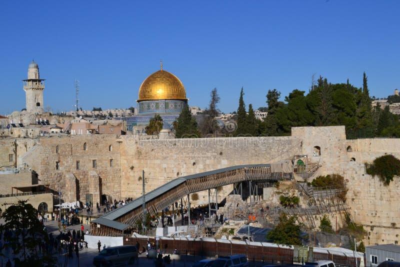 Взгляд дневного света на куполе утеса и западной стены в Иерусалиме Израиле, Kotel, Golden Dome, голубом небе стоковые фотографии rf