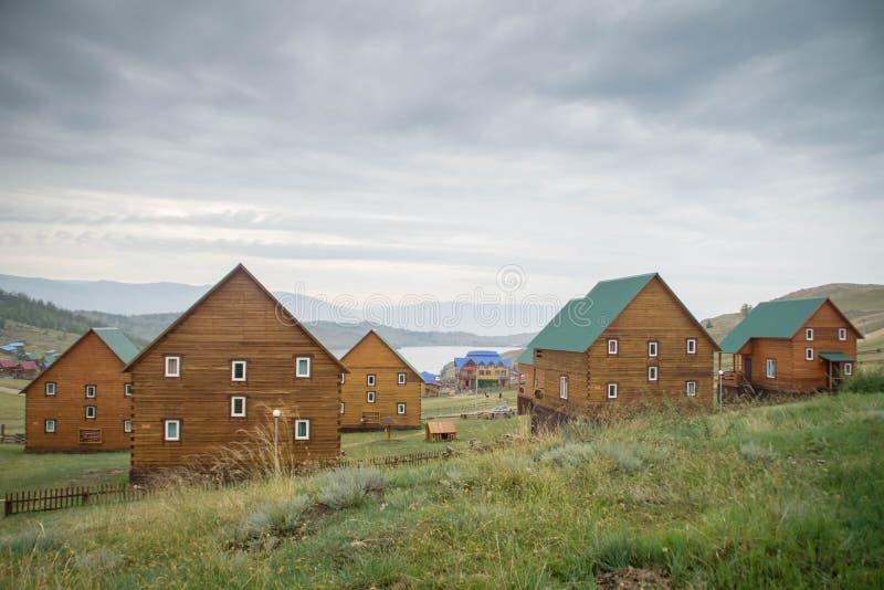 Взгляд дня на малом проливе моря Lake Baikal над деревней стоковые изображения rf