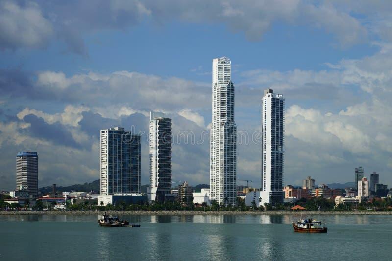 Взгляд дня Панама (город) над заливом Панамы с рыбацкими лодками на переднем плане стоковое изображение