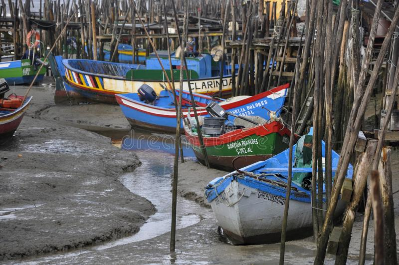 Взгляд дока Palafitic Carrasqueira с красочными рыбацкими лодками, около Comporta, в Португалии, Европа стоковая фотография