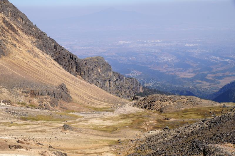 Взгляд долины и смога от volcan извержения Popocatepetl от volcan Iztaccihuatl стоковое фото