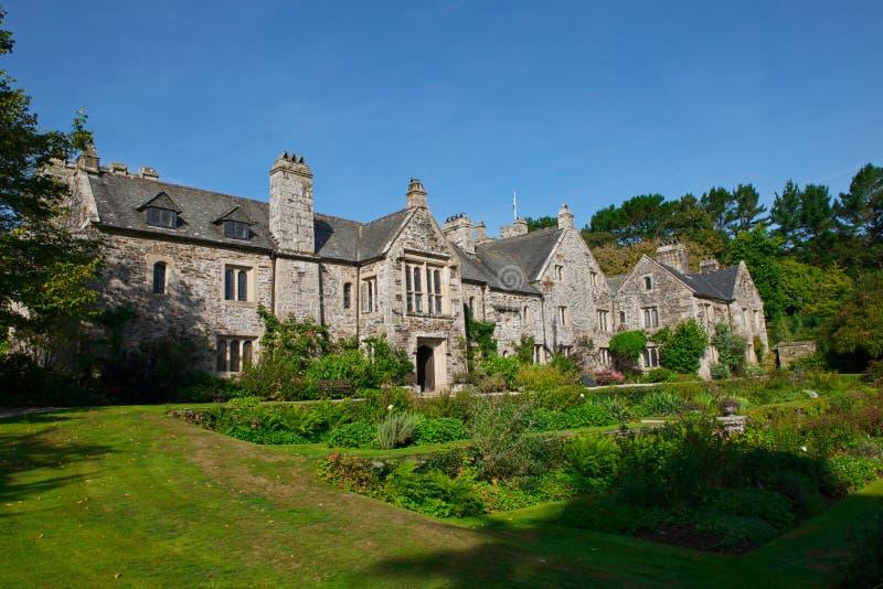 Взгляд дома и сада Cotehele стоковые фотографии rf