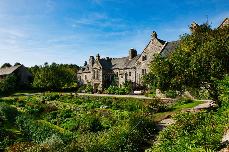 Взгляд дома и сада Cotehele стоковые изображения