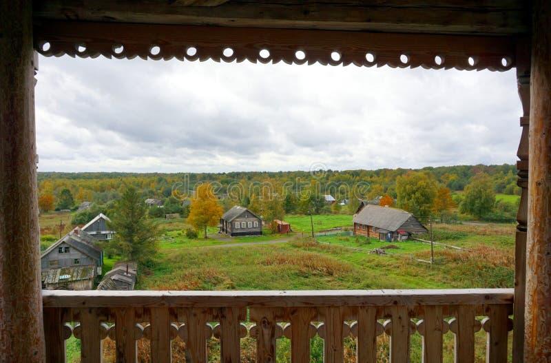 Взгляд домов counryside в высекаенной деревянной рамке стоковое фото