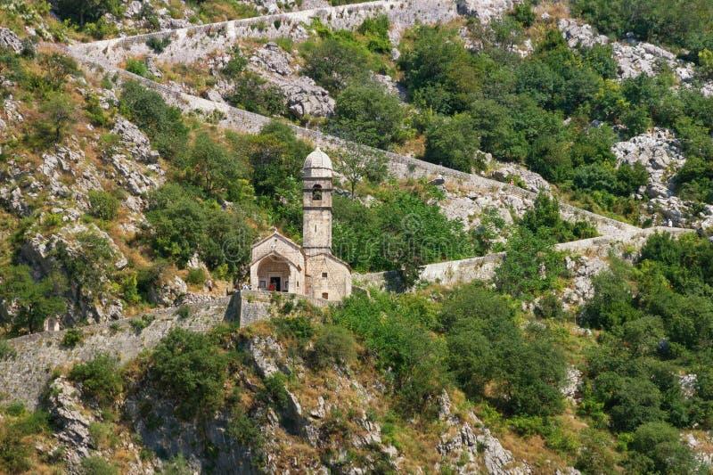 Взгляд дороги к крепости Kotor и церков нашей дамы выхода, Черногории стоковые фото