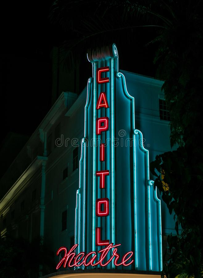 Взгляд загоренного знака театра капитолия в Сингапуре вечером стоковая фотография rf