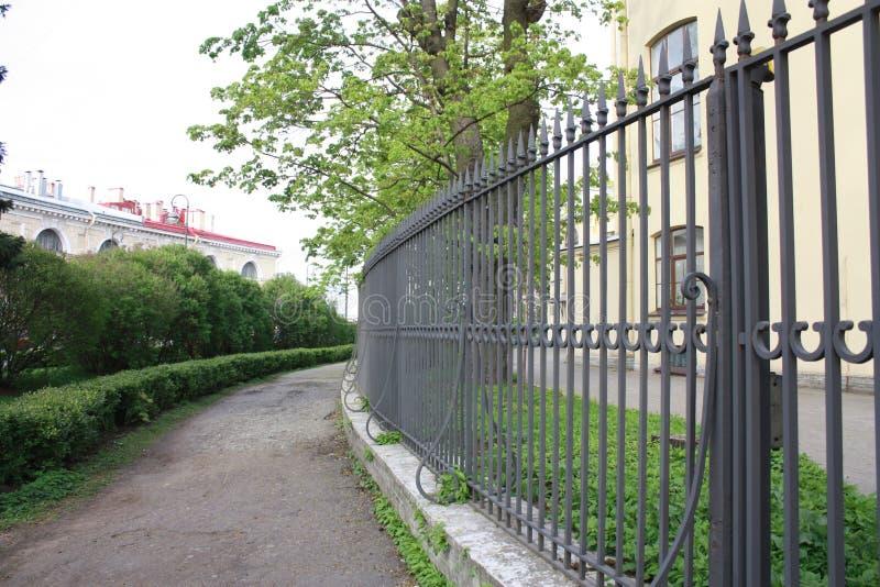 Взгляд загородки металла здания стоковые изображения