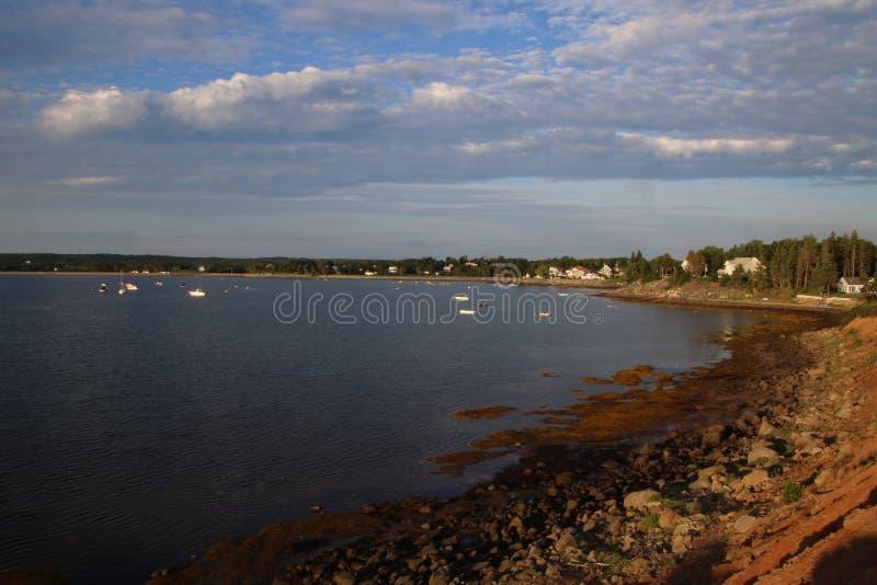 Взгляд залива со шлюпками причаленными в расстоянии стоковые изображения rf