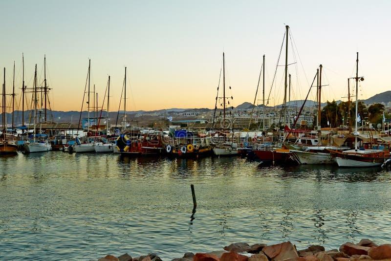 Взгляд залива Eilat с яхтами стоковые фото