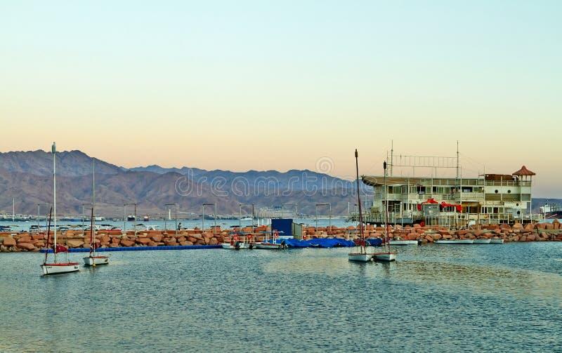 Взгляд залива Eilat с яхтами стоковая фотография rf