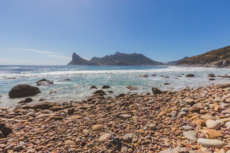 Взгляд залива Hout от скалистого бечевника в Кейптауне стоковые изображения rf