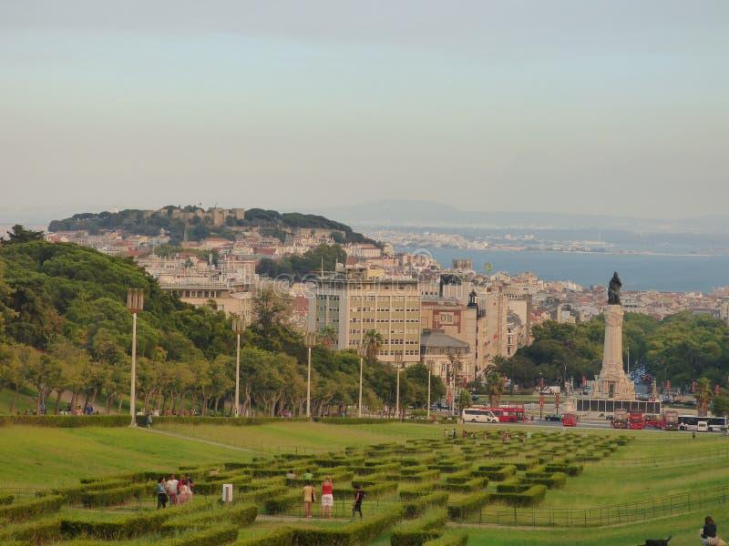 Взгляд замка, городка и реки стоковое изображение