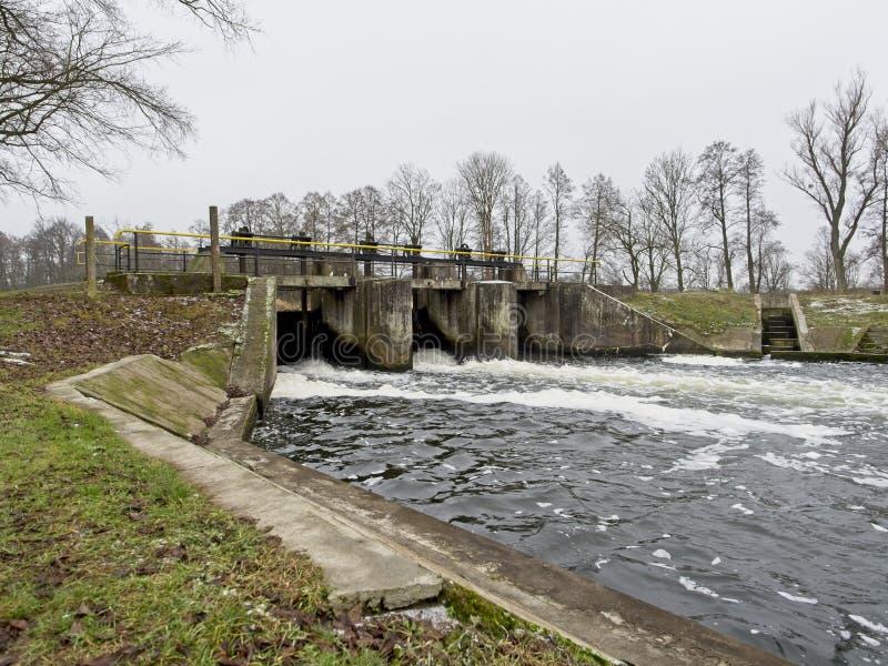 Взгляд замка на небольшом реке стоковая фотография