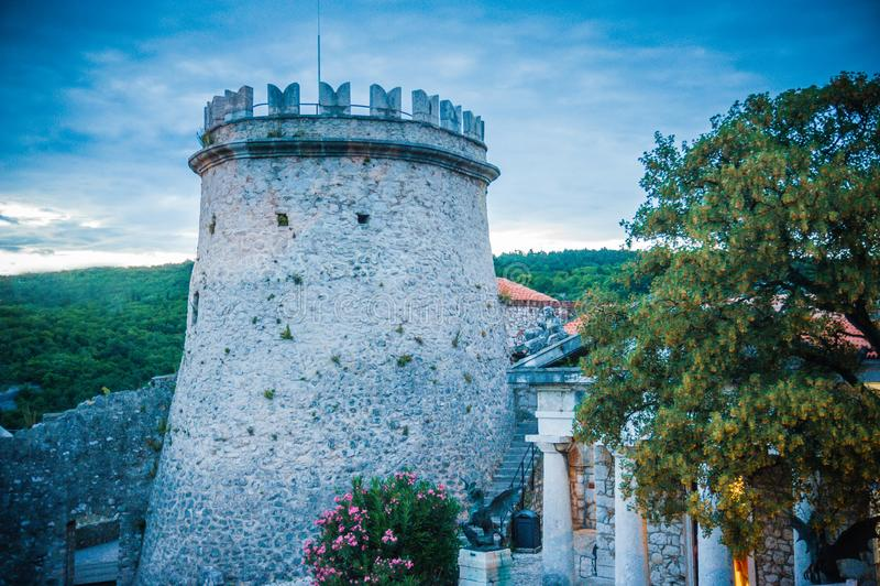 Взгляд замка от Хорватии Trsat с окрестностями захода солнца и природы стоковая фотография rf