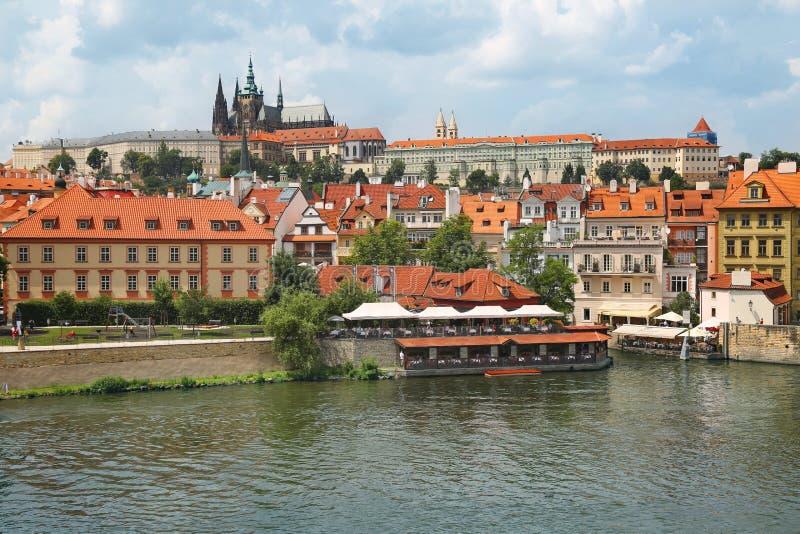 Взгляд замка Праги через реку Влтавы в Праге, чехии стоковое фото rf