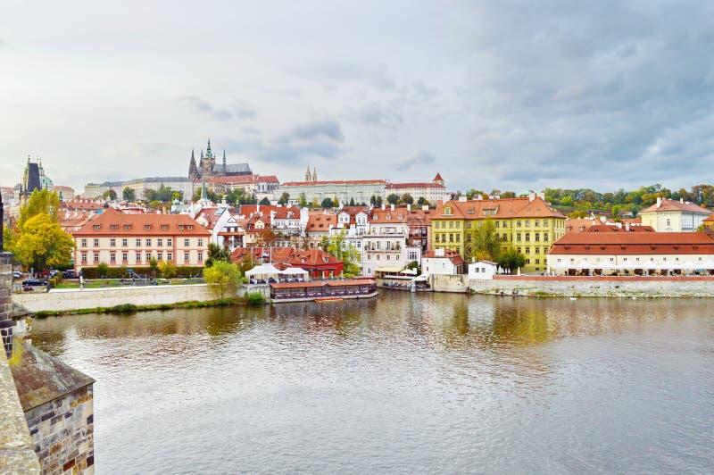 Взгляд замка Праги, чехии, на береге Влтавы стоковая фотография rf