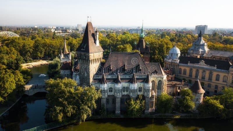 Взгляд замка Vajdahunyad от берега озера Будапешт, Венгрия снял от трутня стоковые фото