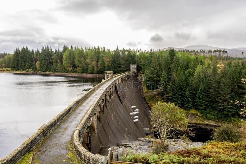 Взгляд запруды Laggan с 6 трубами для того чтобы выпустить воду от озера к реке Spean, Шотландии стоковые изображения