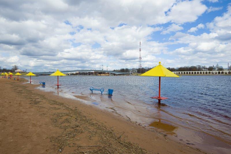 Взгляд затопленного пляжа города в центре Veliky Новгорода, пасмурного после полудня в апреле Россия стоковые изображения