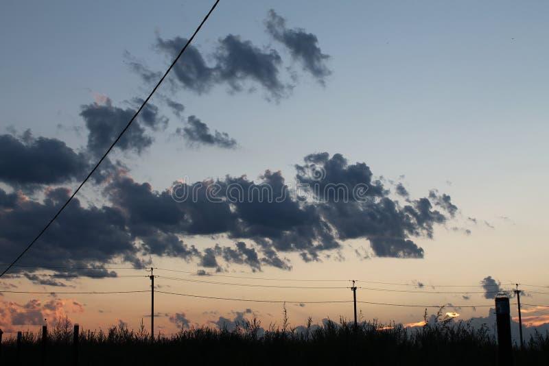 Взгляд захода солнца в деревне стоковые изображения