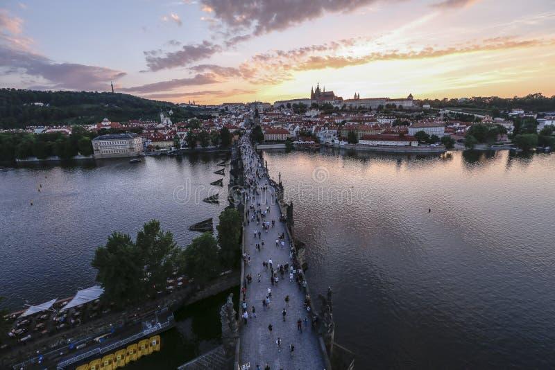 Взгляд захода солнца замка и Карлова моста Праги стоковая фотография
