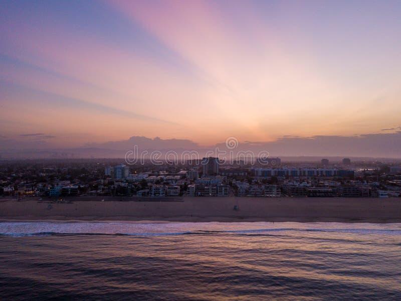 Взгляд захода солнца над виллами воды стоковые фотографии rf