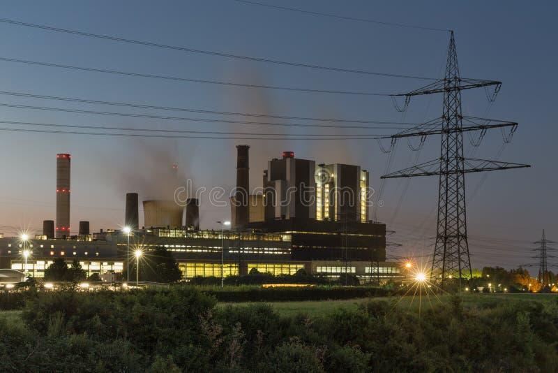 Взгляд захода солнца на электростанции с опорой электричества в Германии стоковые фотографии rf