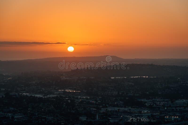 Взгляд захода солнца от винтовой линии держателя, в La Mesa, около Сан-Диего, Калифорния стоковые фотографии rf