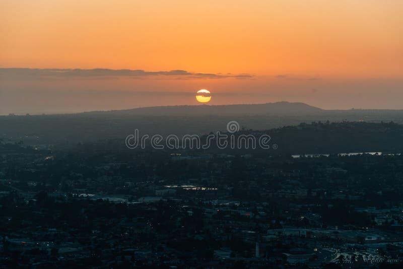 Взгляд захода солнца от винтовой линии держателя, в La Mesa, около Сан-Диего, Калифорния стоковая фотография