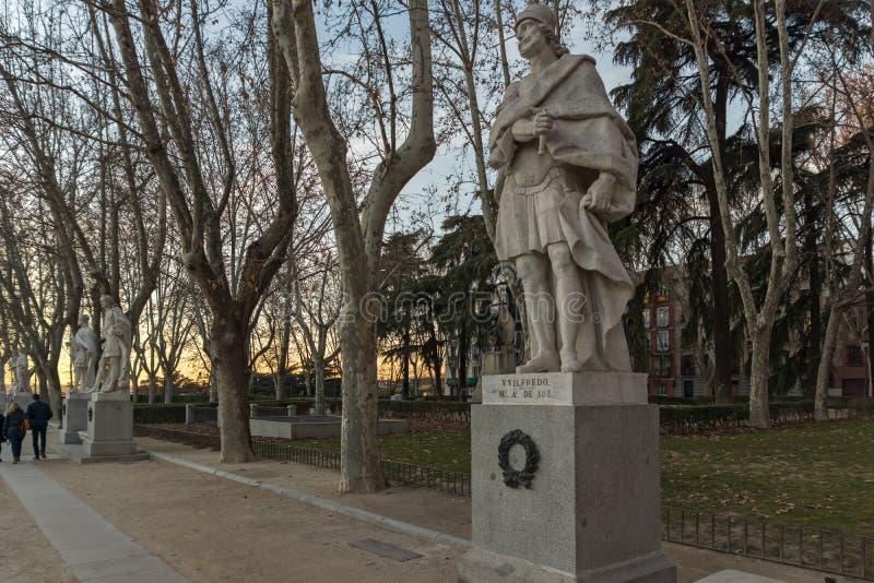 Взгляд захода солнца садов накидки Noval и королевского дворца в городе Мадрида, Испании стоковое фото