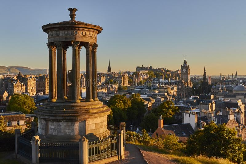 Взгляд захода солнца Эдинбурга с памятником управляющего Dugald и Эдинбург рокируют на заднем плане, Шотландия, Великобритания стоковые фотографии rf