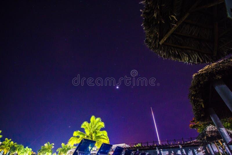 Взгляд звезд от бассейна стоковое фото rf